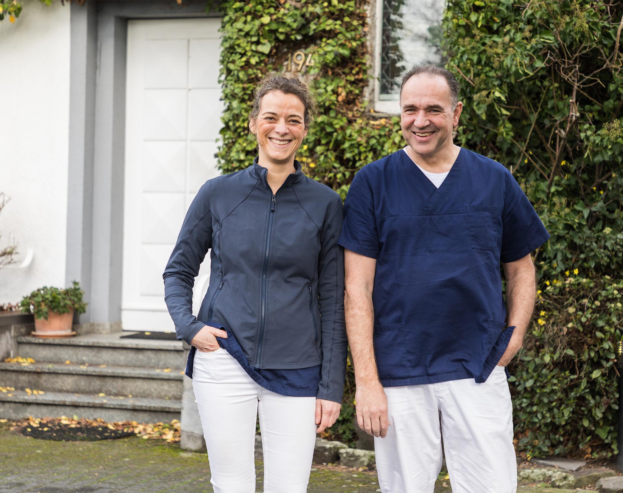 Dres. Wilmering und Schneller vor der Praxis Dr. Wilmering, Tierarzt
